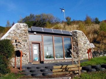 earthship noemen we aardehuis of landark. eenvoudige technologie, zonnepanelen, PV-panelen, betonkernactivering, energieopslag, bodemopslag