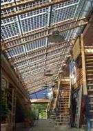 transparante PV-panelen; Die op dit huis worden ook nog bi-faciaal. Bio-ecologisch plus-energiehuis van Michaël de Vos, architect